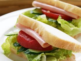 ハムと野菜のサンドイッチ